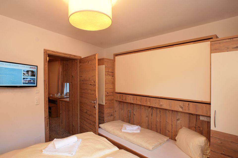 3 Raum Apartment Mit 2 Schlafzimmer, Wohnschlafraum Mit Ausziehbaren  Betten, Badezimmer Mit Dusche Und WC, Essecke Mit Küchenblock, Safe, Kabel TV,  ...